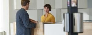 """Stojak do dezynfekcji rąk Tork - idealne rozwiązanie do biur typu """"open space"""" oraz różnych przestrzeni publicznych"""